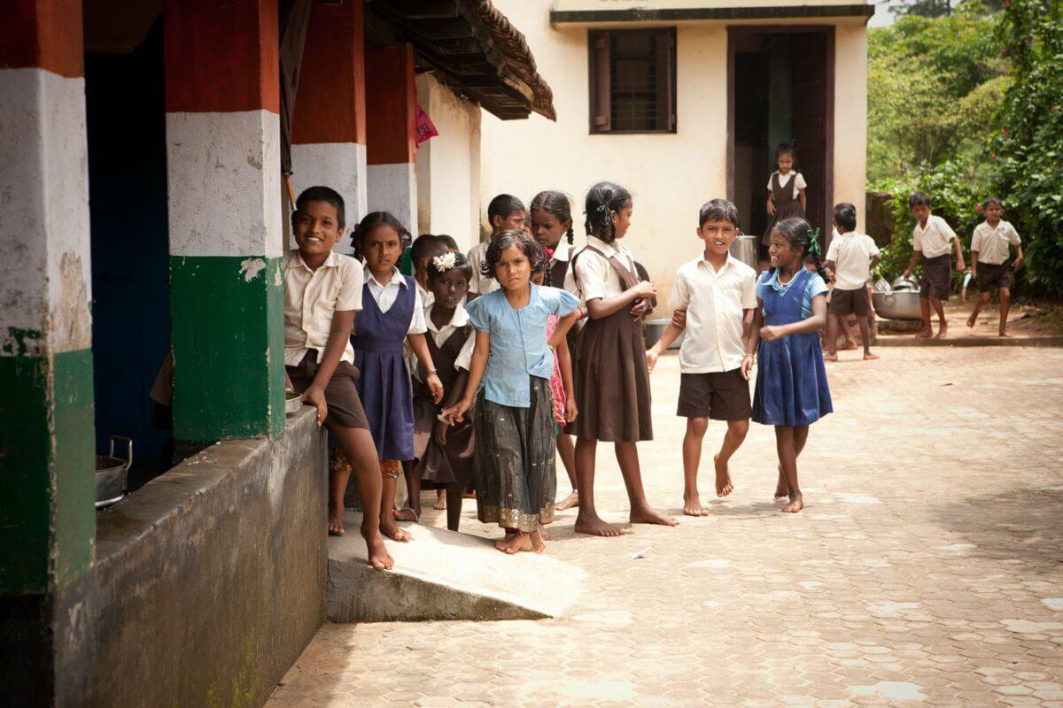 Arme Indische kinderen aan de school