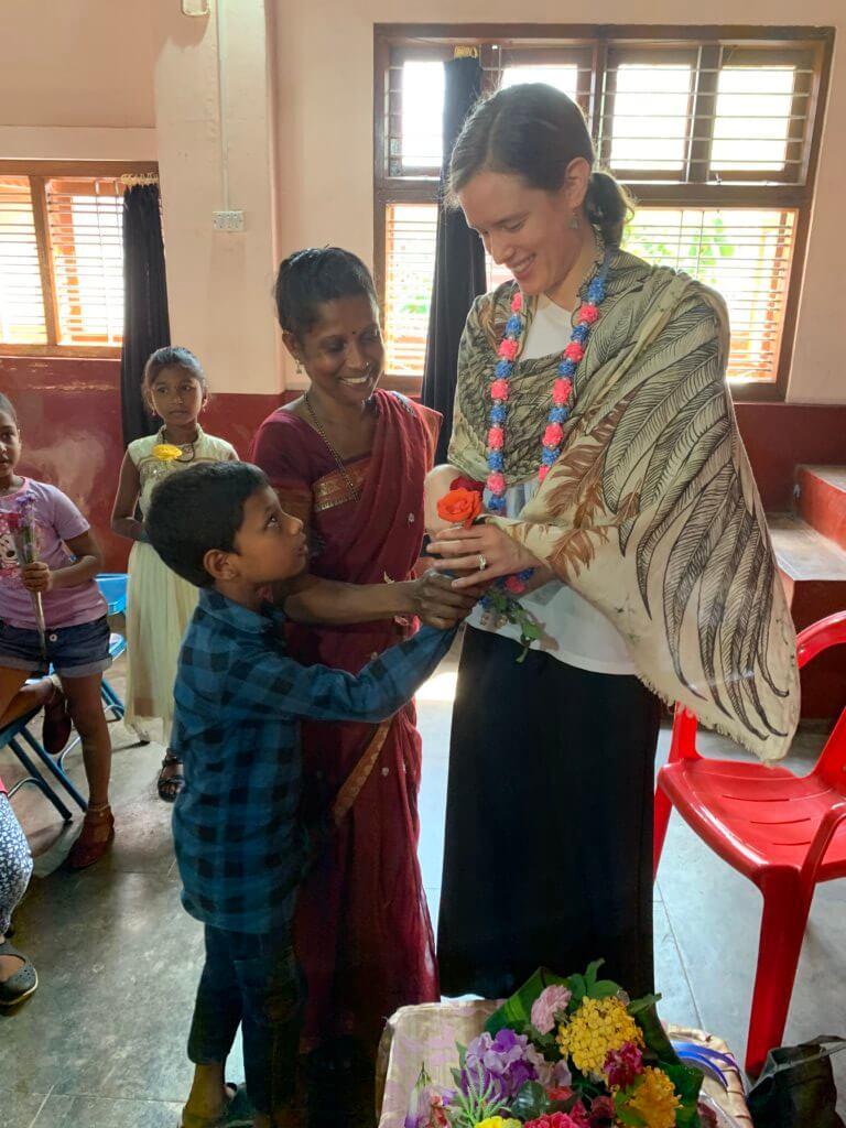 Lana op bezoek in India met kind en ouder