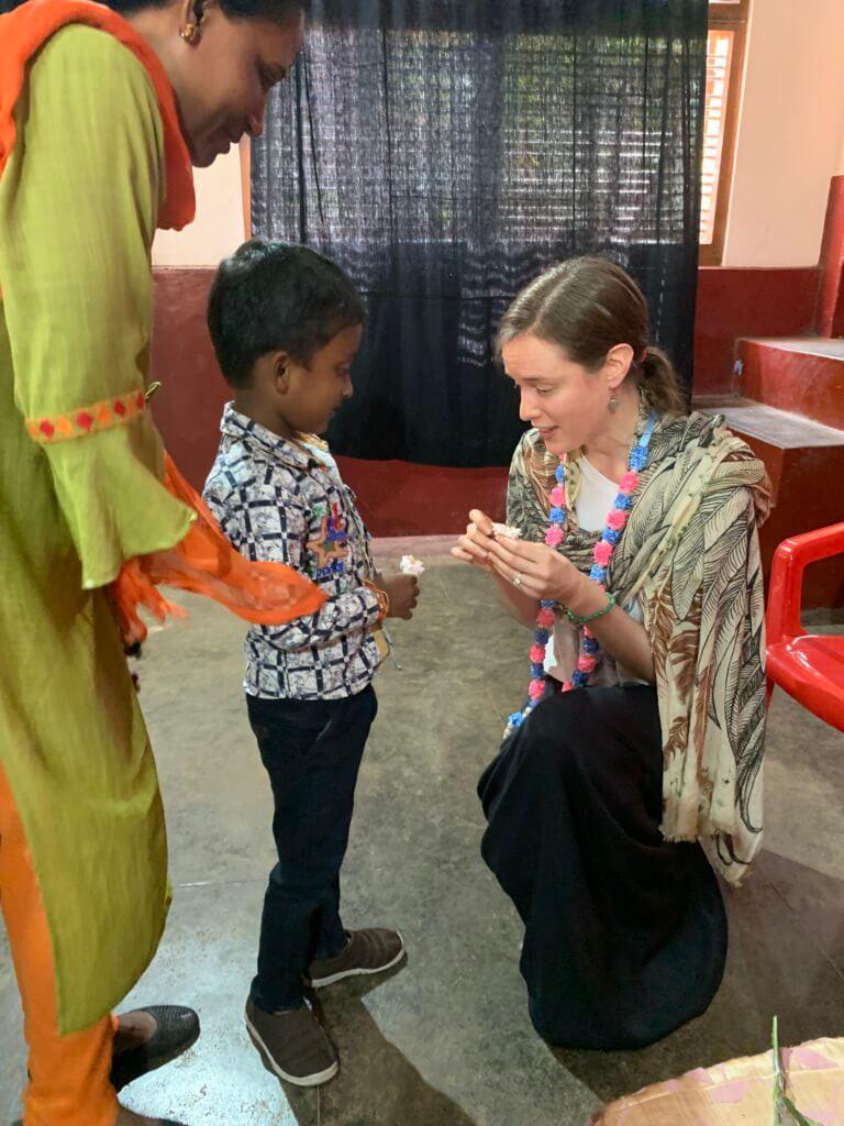 Lana tijdens bezoek in India met kindje.