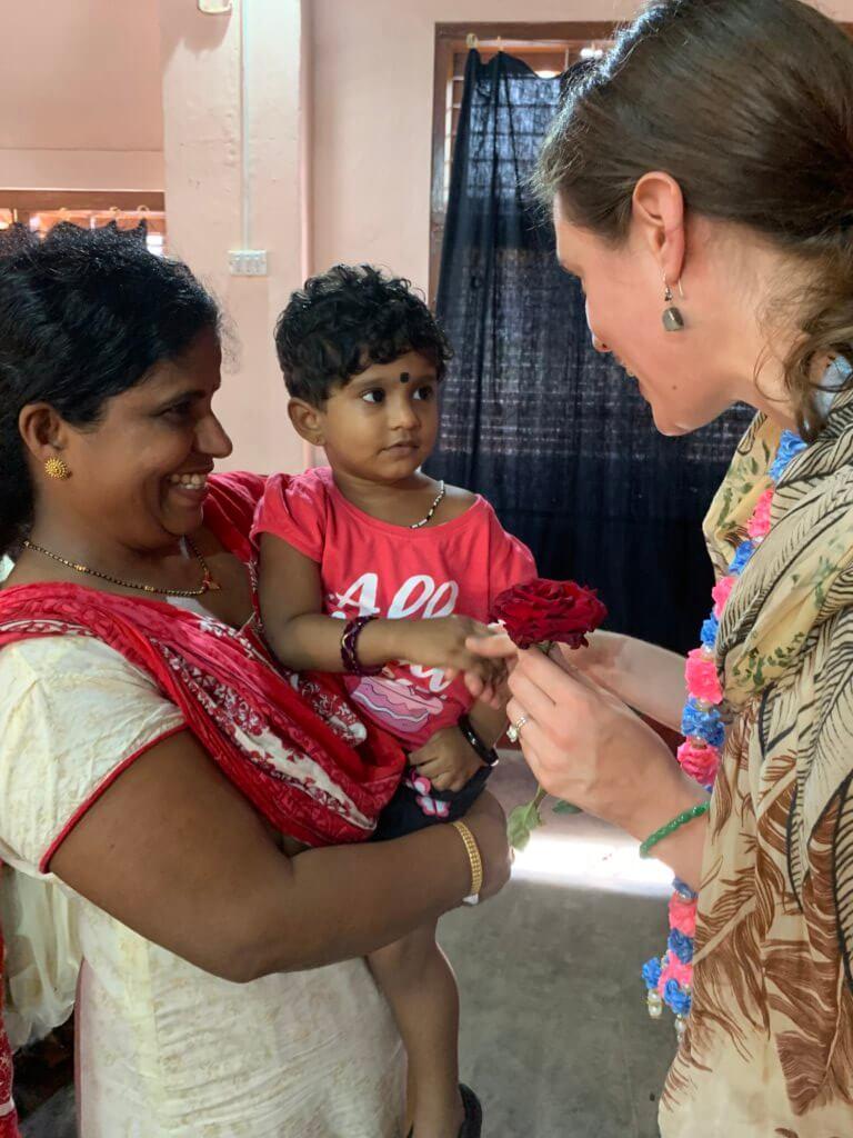 Lana op bezoek in India met klein kindje en mama.