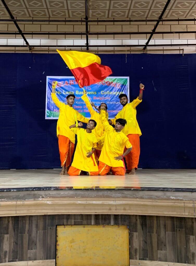 Lana op bezoek in India tijdens een dansvoorstelling.
