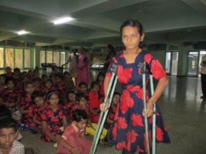 Kind met een beperking op krukken