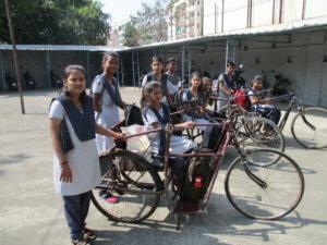 kinderen met een beperking met speciale fietsen