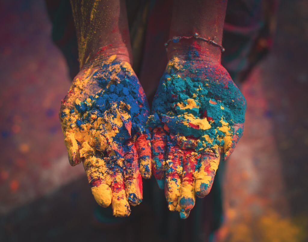 kleurrijke handen tijdens holi