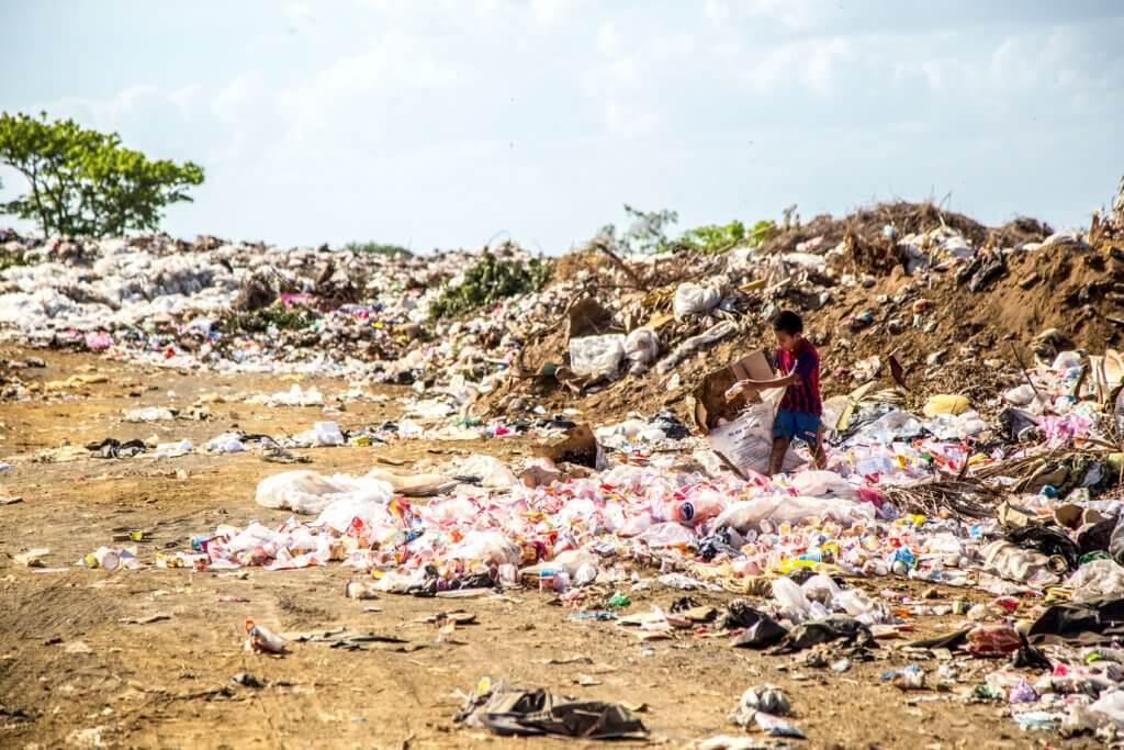 kinderarbeid, kind op vuilnisbelt